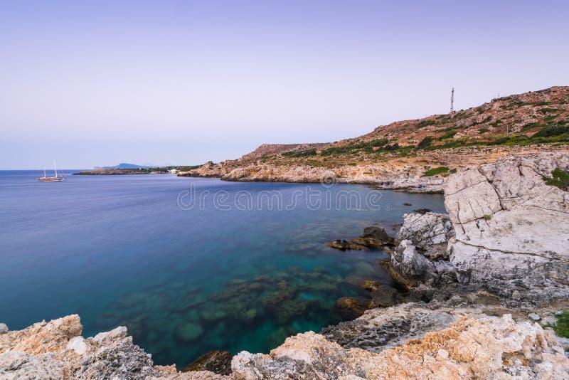 Lagon bleu et falaises sur la plage de Kalithea à Rhodes, Grèce photos libres de droits