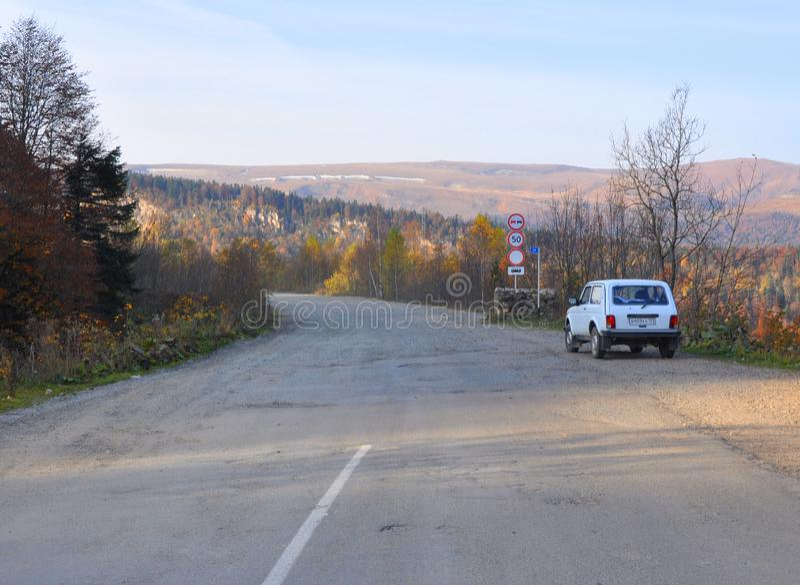 LAGONAKI, RUSLAND - OKTOBER 15, 2014: De asfaltweg gaat in ongeplaveid De weg aan het plateau lago-Naki Caucaved caucasus stock afbeeldingen