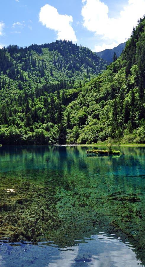 Lagos azuis nas montanhas em belezas do Vale Jiuzhaigou fotos de stock royalty free