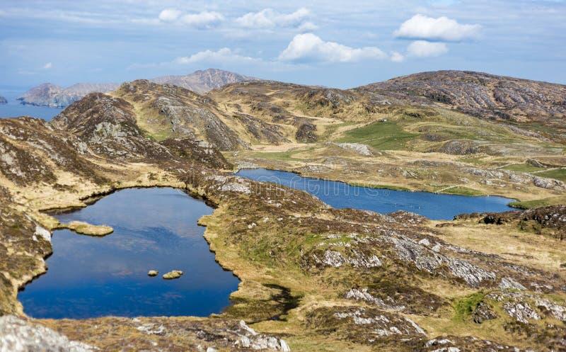 Lagos bonitos e azuis nas montanhas da Irlanda imagens de stock royalty free