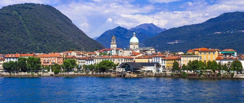 Lagos cênicos de Itália do norte - Lago bonito Maggiore, cidade intra fotografia de stock royalty free