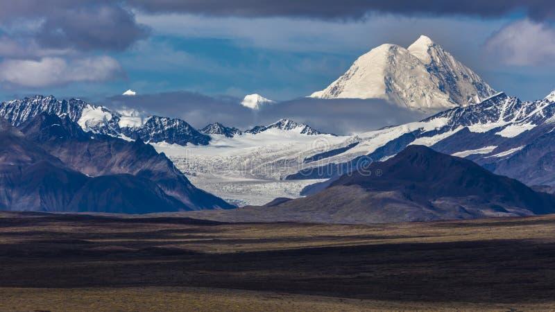 - Lagos de la gama de Alaska central - encamine 26 de agosto de 2016 8, carretera de Denali, Alaska, ofertas de un camino de tier imagen de archivo