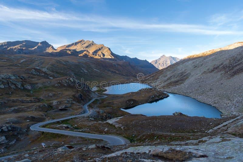 Lagos del paso de Nivolet, montañas de Graian, Italia mountain imágenes de archivo libres de regalías