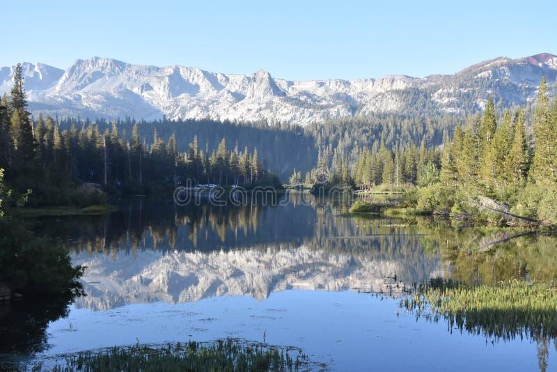 Lagos gêmeos reflection, serra gigantesca montanhas Califórnia fotos de stock royalty free
