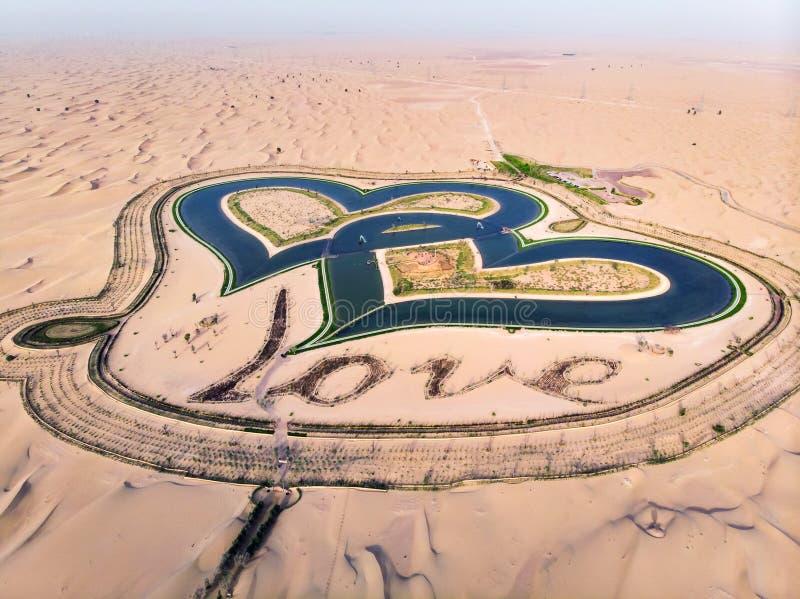 Lagos love da forma do coração na opinião aérea do deserto de Dubai imagem de stock