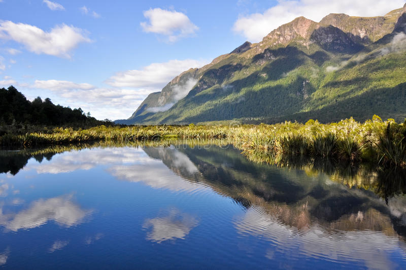 Lagos mirror, Milford Sound (Nova Zelândia) fotos de stock