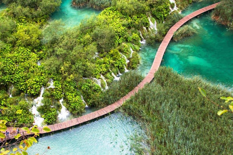 Lagos parque nacional Plitvice, Croatia Ponte da passagem sobre a lagoa que passa pelas cachoeiras pequenas surpreendentes imagens de stock