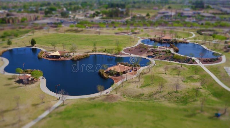 Lagos y rastros @ un parque local (imagen del efecto del Inclinación-cambio) imágenes de archivo libres de regalías