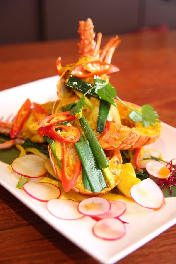 Lagosta com molho de caril vermelho, alimentos tailandeses. imagens de stock