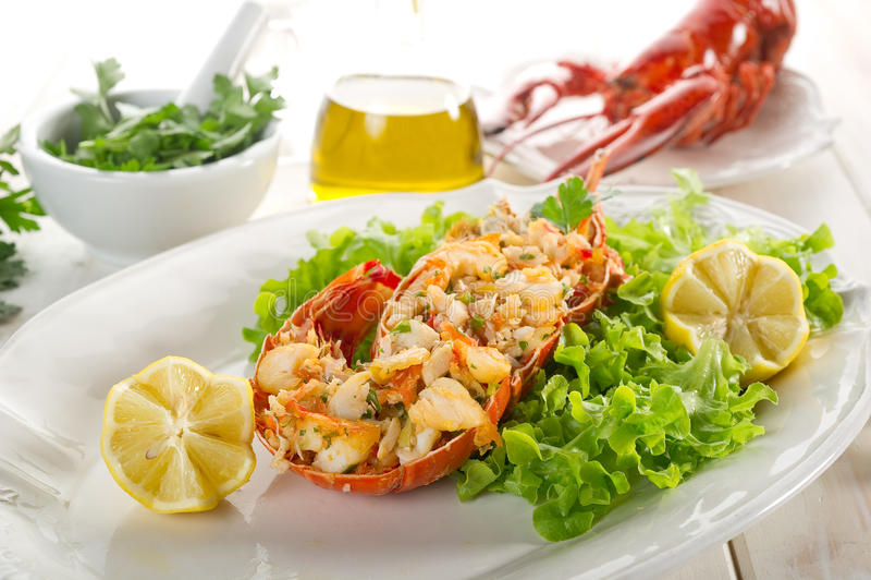 Lagosta com salada verde foto de stock royalty free