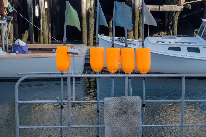 A lagosta flutua a suspensão nos trilhos de um barco de pesca da lagosta imagens de stock