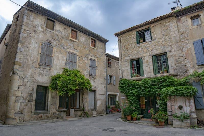 Lagrasse-Dorf in Süd-Frankreich an einem bewölkten Tag lizenzfreie stockfotos