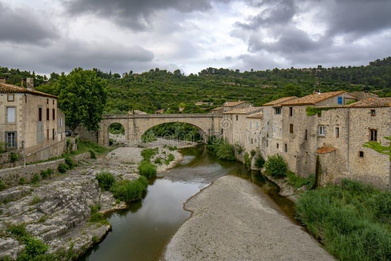 Lagrasse-Dorf in Süd-Frankreich an einem bewölkten Tag stockfotografie