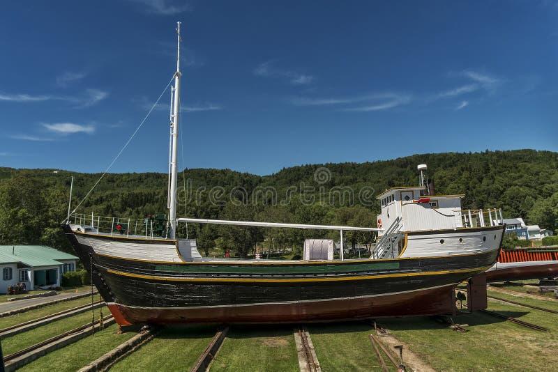 Lagrat fartyg i skeppsvarv arkivbilder