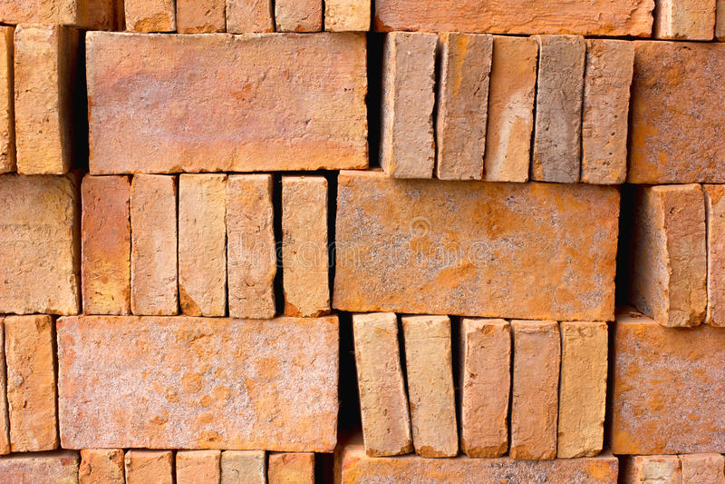 Lagret av tegelstenar ordnar till för byggande eller rea arkivfoton