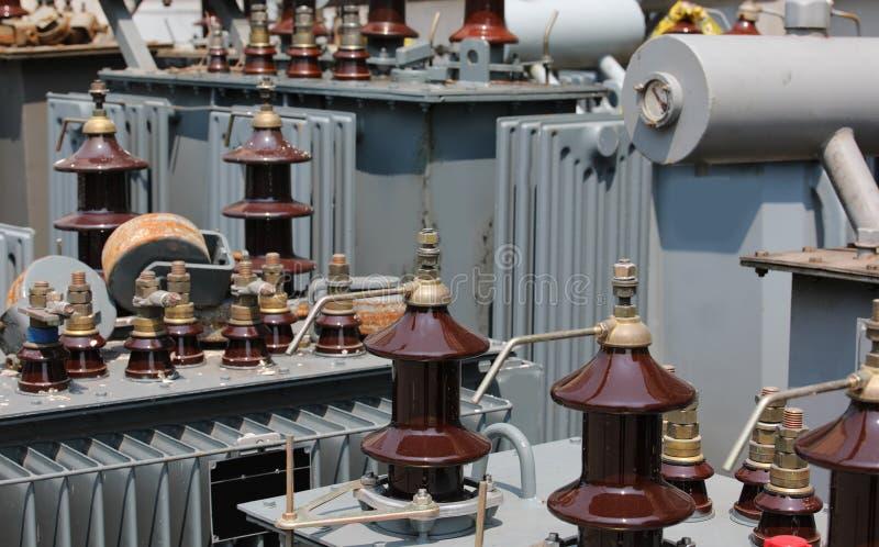 lagring av gamla förorena högt elektriska transformatorer för D royaltyfria bilder