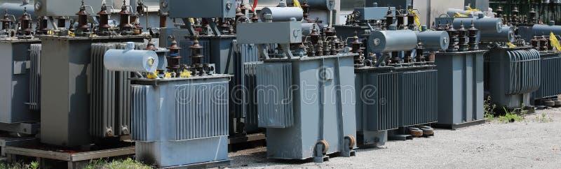 lagring av gamla förorena högt elektriska transformatorer för D royaltyfri bild