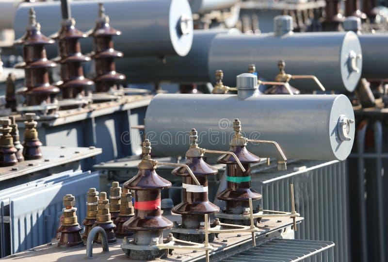 Lagring av gamla stora transformatorer för elektrisk spänning i landfien royaltyfri foto