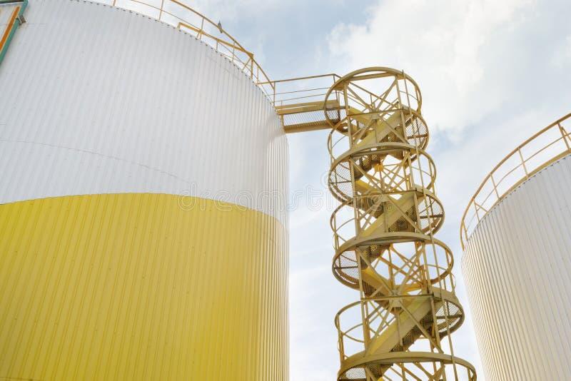 Lagringsbehållare av industriellt olje- maler arkivbilder
