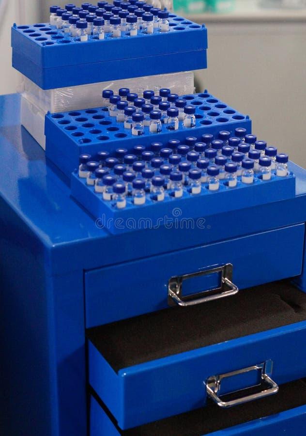 lagringskugge med hyllor i ett laboratorium eller ett sjukhus royaltyfri bild