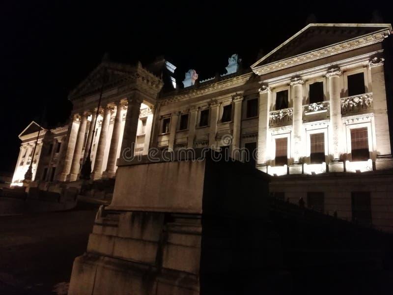 lagstiftnings- slott av regeringen på natten arkivfoto