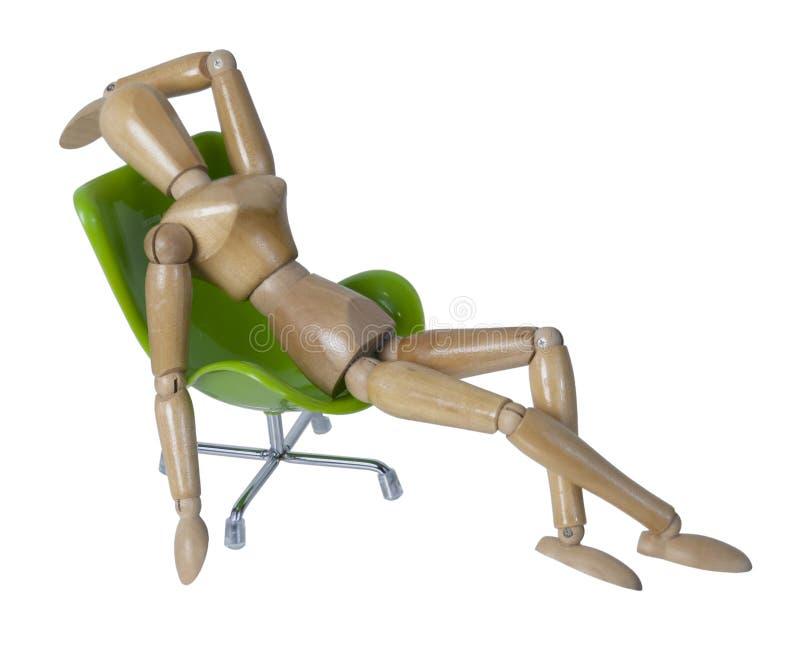 Lagt tillbaka i en grön stol royaltyfri fotografi