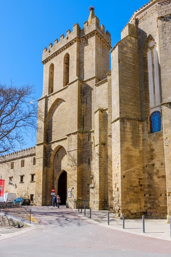 Laguardia, Alava, Espanha 30 de março de 2018: Porta de entrada medieval à vila situada na igreja-fortaleza de San Juan de mistur foto de stock royalty free