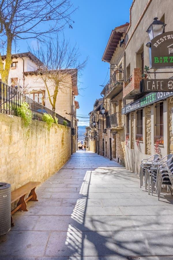 Laguardia, Alava, Spanien 30. März 2018: Straße mit Boden des großen Blockes des regelmäßigen Granitsteins und einigen Cafés rief stockfotos