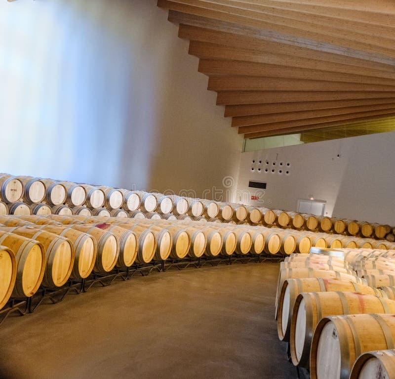 Laguardia, Alava, Spanje 30 maart, 2018: Wijnmakerij waar de Rioja-wijn van het merkleeftijden van premieysios Ontworpen door Spa stock foto's