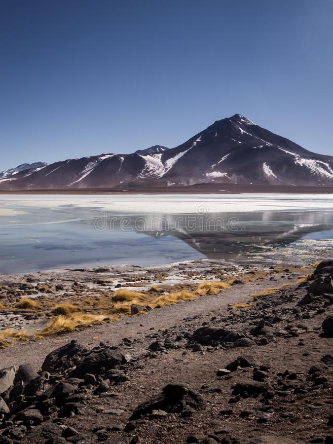 Laguna το BLANCA είναι μια αλατισμένη λίμνη στο πόδι των ηφαιστείων Licancabur και εθνικής επιφύλαξης Juriques - της των Άνδεων π στοκ εικόνες με δικαίωμα ελεύθερης χρήσης