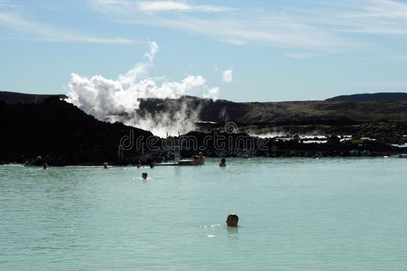 LAGUNA AZUL DE GRINDAVIK, ISLANDIA - 27 DE JULIO 2008: Gente que se relaja en piscina azul caliente natural imágenes de archivo libres de regalías
