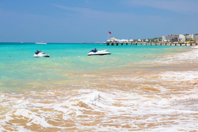 Laguna azul de la playa en el turco Riviera cerca del lado imagen de archivo