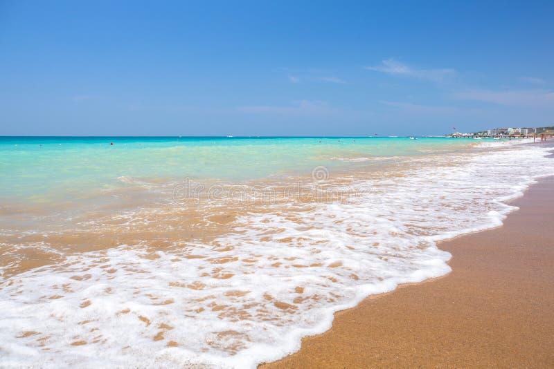 Laguna azul de la playa en el turco Riviera cerca del lado fotografía de archivo