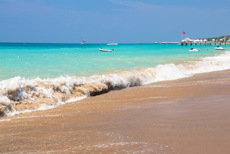 Laguna azul de la playa en el turco Riviera cerca del lado fotos de archivo libres de regalías