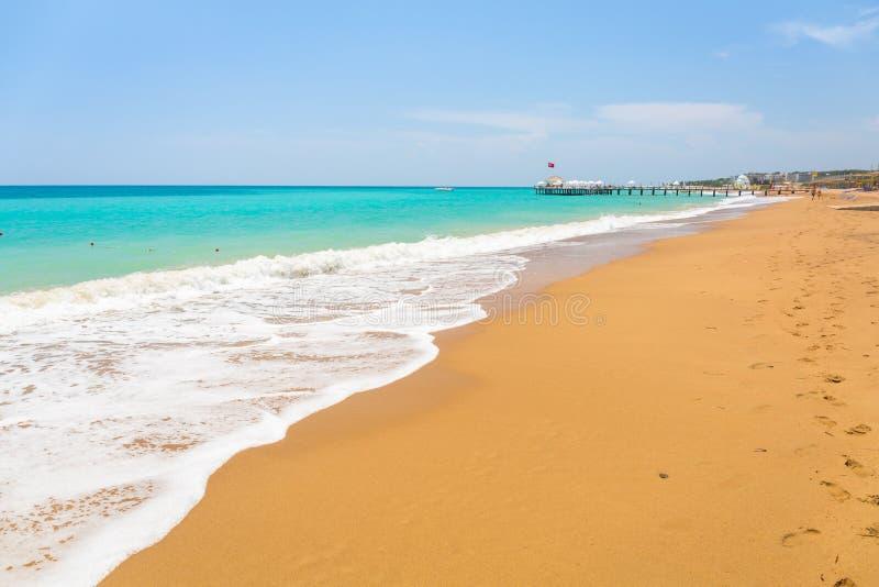 Laguna azul de la playa en el turco Riviera cerca del lado fotografía de archivo libre de regalías