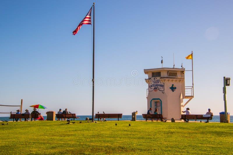 Laguna Beach Kalifornia, Październik, - 9, 2018: Ratownika flagpole z flagą amerykańską z trawiastym przedpolem przy Laguna i wie zdjęcie stock