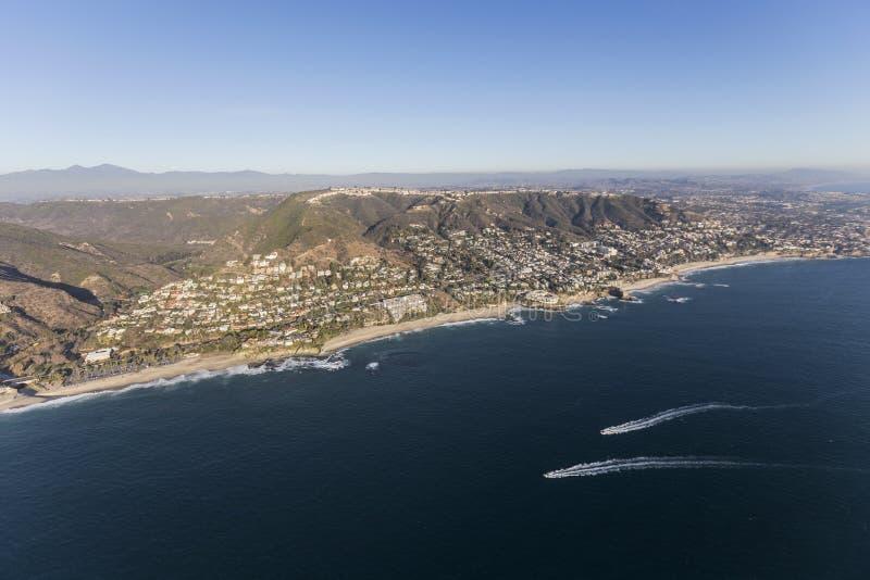 Laguna Beach-Kalifornien-Küste mit dem Führen von den Booten von der Luft lizenzfreie stockfotografie