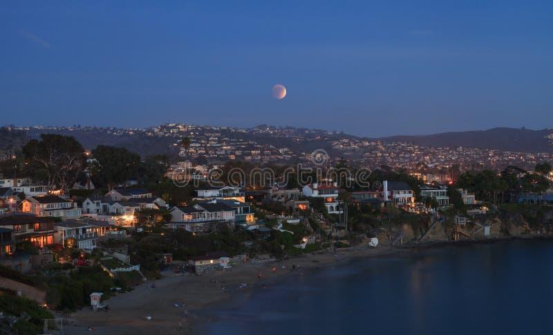 Laguna Beach, opinión de California Crescent Bay de la luna de la sangre imagen de archivo