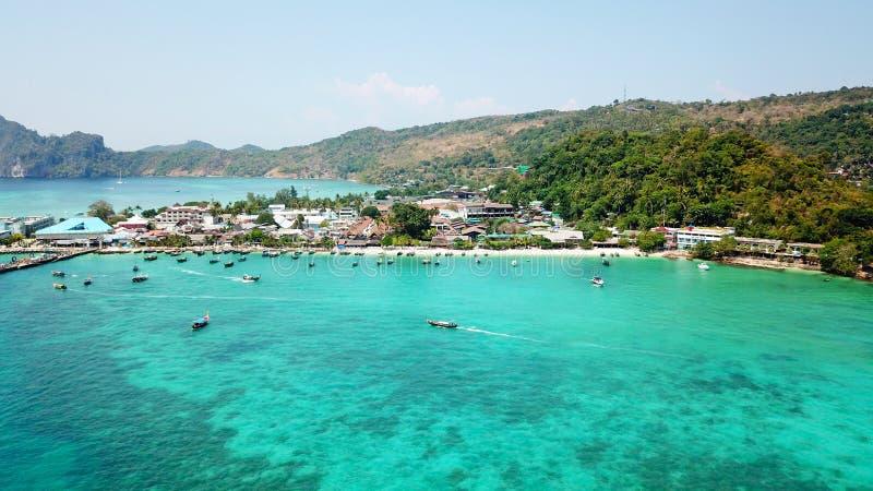 Laguna blu Baia con il chiaro mare Isola verde con le palme, Paradise Metraggio del fuco immagini stock