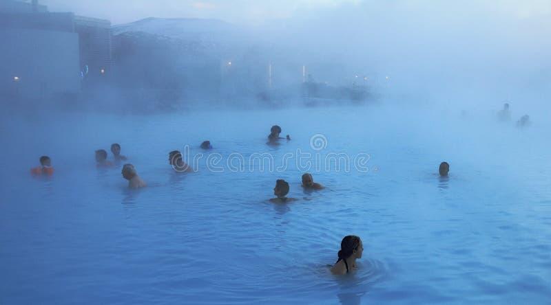 Laguna blu con i bagnanti sulla penisola di Reykjavik immagini stock libere da diritti