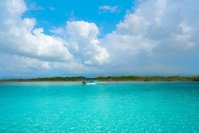 Laguna de Bacalar Lagoon au Mexique maya images stock
