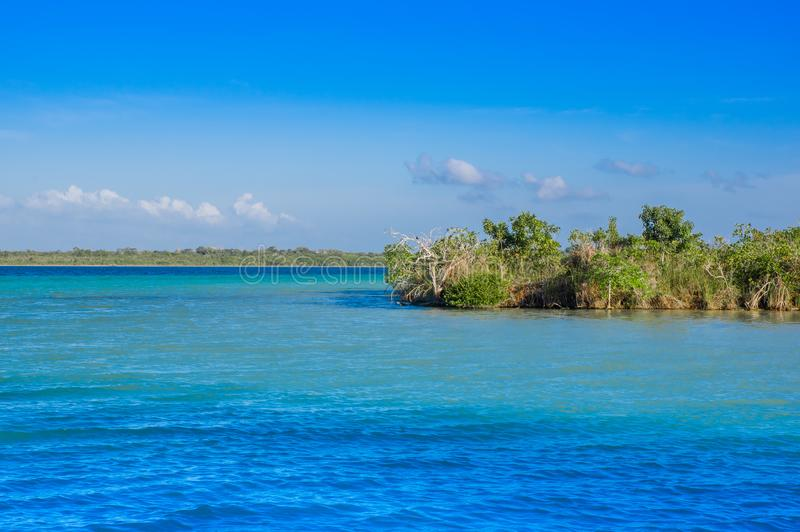 Laguna de Bacalar Lagoon au Mexique maya chez Quintana Roo, sept colorent le lac photos libres de droits
