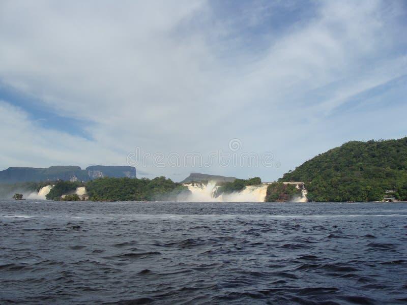 Laguna de Canaima en frente las cascadas fotos de archivo