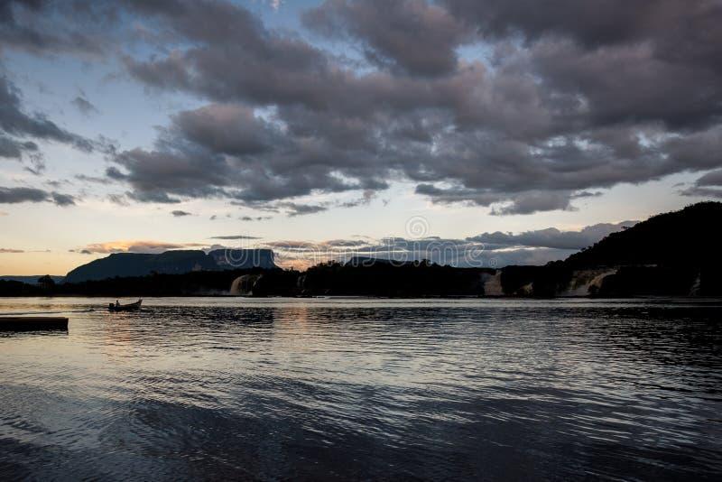 Laguna de Canaima y sus puestas del sol fotos de archivo