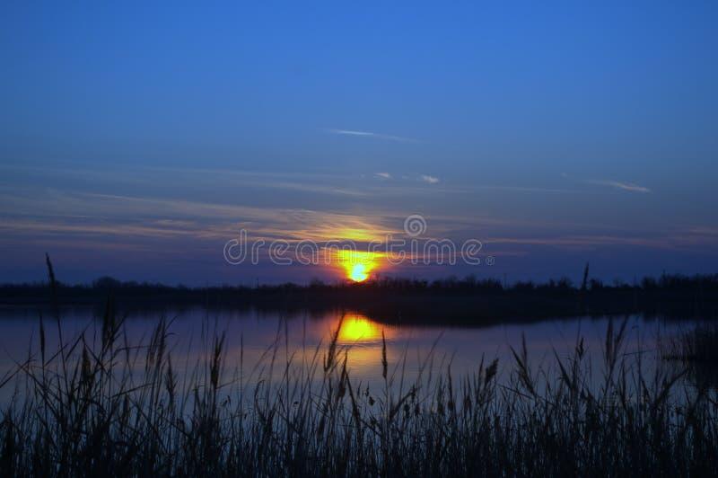 Laguna de Patok, en una puesta del sol hivernal, Albania foto de archivo