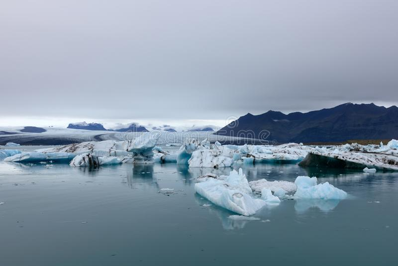 Laguna del ghiacciaio di Jokulsarlon, Islanda al tramonto I bei ghiacciai attraversano le montagne Immagine fredda del paesaggio  immagini stock