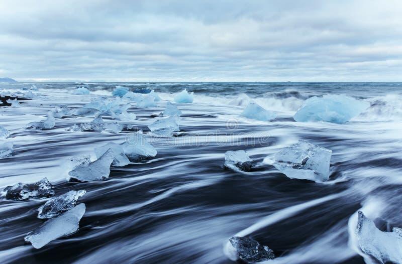 Laguna del ghiacciaio di Jokulsarlon, tramonto fantastico sulla spiaggia nera, Islanda fotografia stock libera da diritti