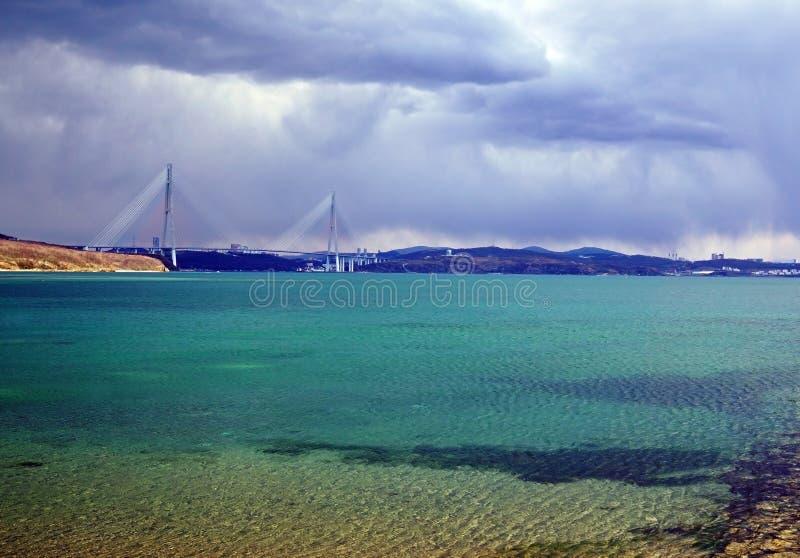 Laguna del mar y puente cable-permanecido a la isla rusa fotografía de archivo