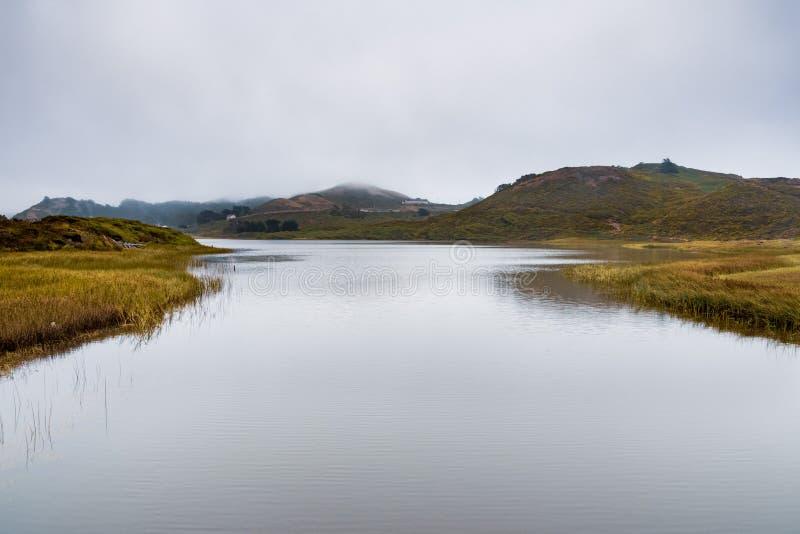 Laguna del rodeo en la costa costa del Océano Pacífico, en un día nublado, Marin Headlands, Marin County, California imagen de archivo libre de regalías