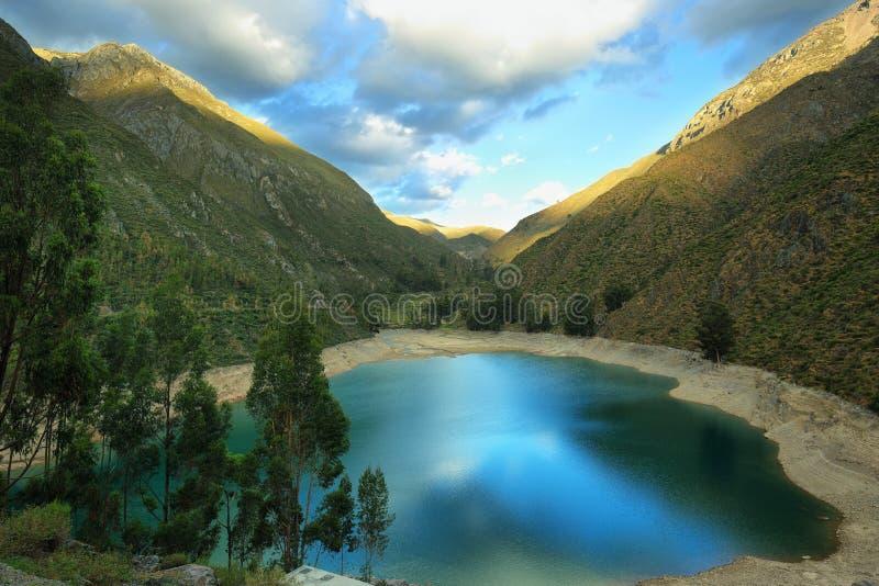 Laguna del turchese in Laraos, Perù fotografia stock
